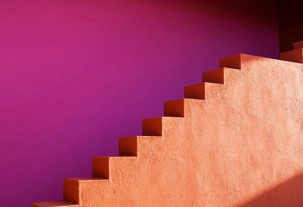 detalle escaleras1 1 1024x701 - Inspiración, color y elegancia en una preciosa casa en Sotogrande (Costa de la Luz, Cádiz)