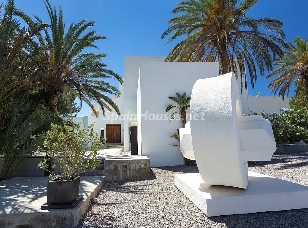 detalle exterior 1 1024x757 - Vacaciones de lujo, modernidad y diseño en Santa Gertrudis, el corazón de Ibiza