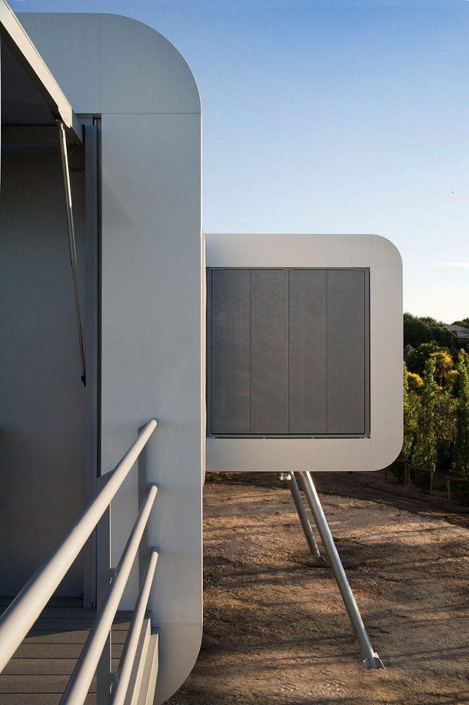 detalle exterior 10 682x1024 - Casa futurista o bella nave espacial para vivir en La Moraleja (Alcobendas, Madrid)