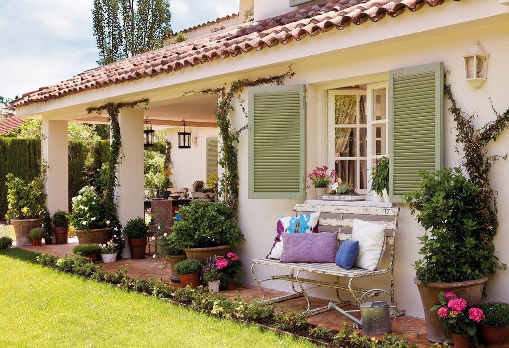 Elegancia clásica rodeada de jardín: una casa llena de detalles en Madrid