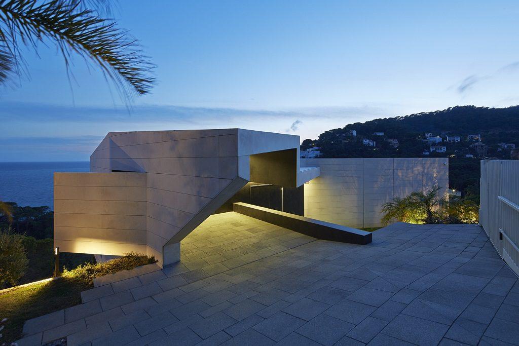 detalle exterior nocturna 1024x683 - Casa de diseño bañada por el sol en Santa Cristina d'Aro, Girona (Costa Brava)