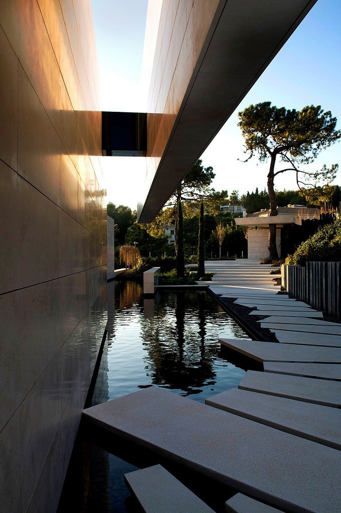 detalle exterior1 3 680x1024 - Espectacular, imponente y lujosa casa de diseño en Puerto Banús (Marbella, Costa del Sol)