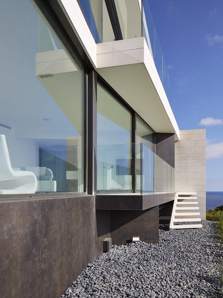 detalle exterior1 9 766x1024 - Casa de diseño bañada por el sol en Santa Cristina d'Aro, Girona (Costa Brava)