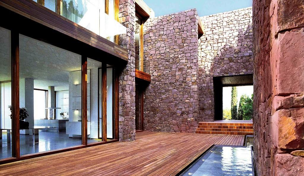 """detalle patio 2 1024x592 - """"Paz y Comedias"""": Piedra, elegancia y armonía en la Sierra de Valencia"""