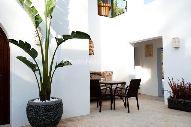 detalle patio1 - Preciosa casa de reluciente blanco mediterráneo en la campiña ibicenca