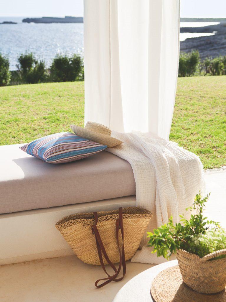 detalle porche vistas 767x1024 - Fantástica casa junto al mar en Menorca (Baleares) abierta al Mediterráneo