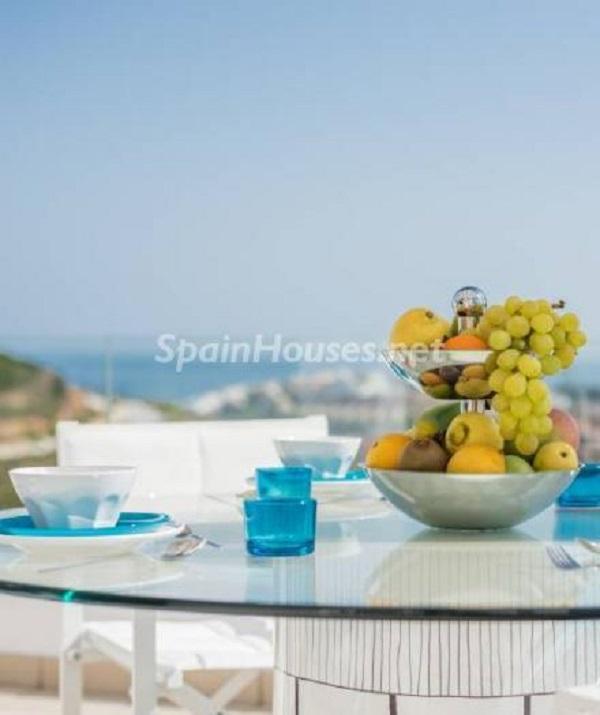 """detalle terraza casares - Espectacular terraza de sol, bonito ambiente """"chill out"""" y vistas al mar en Casares (Málaga)"""