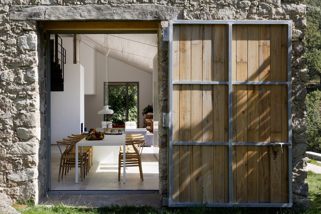 detallecomedor2 - De antiguo establo rural a fantástica casa rústica en Cáceres: un remanso de paz y naturaleza