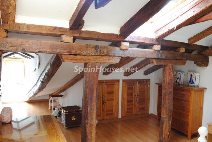 Detalle vigas de madera del interior