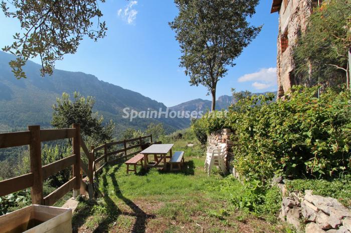 detallejardin1 - El encanto rural de una casa de piedra entre las montañas de Baix Pallars, Lleida