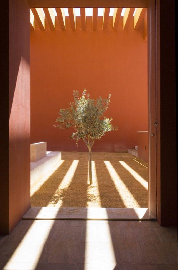 detallepatio1 677x1024 - Inspiración, color y elegancia en una preciosa casa en Sotogrande (Costa de la Luz, Cádiz)