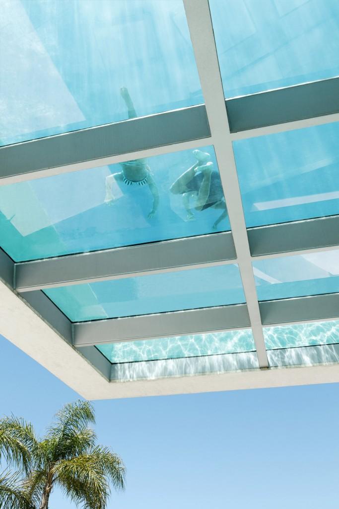detallepiscina1 - Genial casa en Marbella y una espectacular piscina transparente en el techo para disfrutar