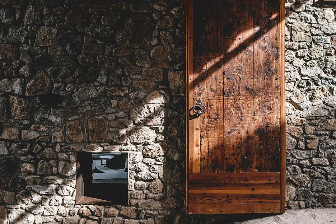 detallepuerta - La calidez de la madera en una fantástica casa rehabilitada en La Cerdaña catalana