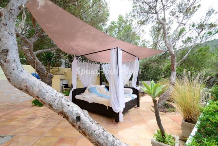 detalleterraza2 - Serena y romántica villa en primera línea de mar en Cala Vadella, Ibiza