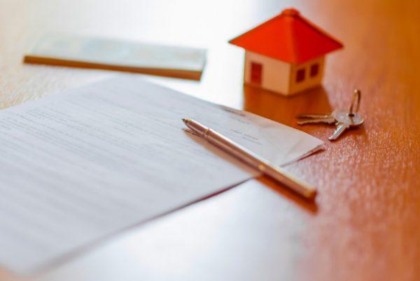 documento de contrato de arrendamiento alquiler con llaves y boligrafo texto resaltado 2361 520 e1527671064557 600x402 - Contrato de alquiler con opción a compra: Pros y Contras