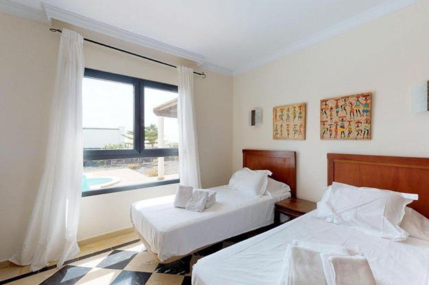 dormitorio 2 lanzarote - Chalet con piscina en Lanzarote: vistas panorámicas en una isla diferente