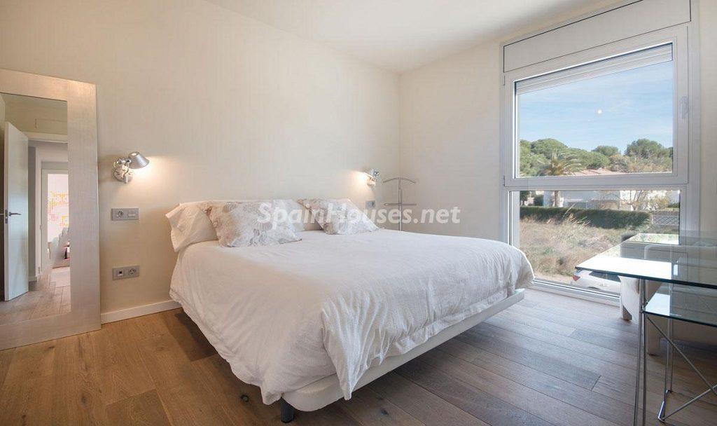 dormitorio 23 1024x608 - Diseño escandinavo en una soleada casa junto a la playa en Cambrils (Costa Dorada)