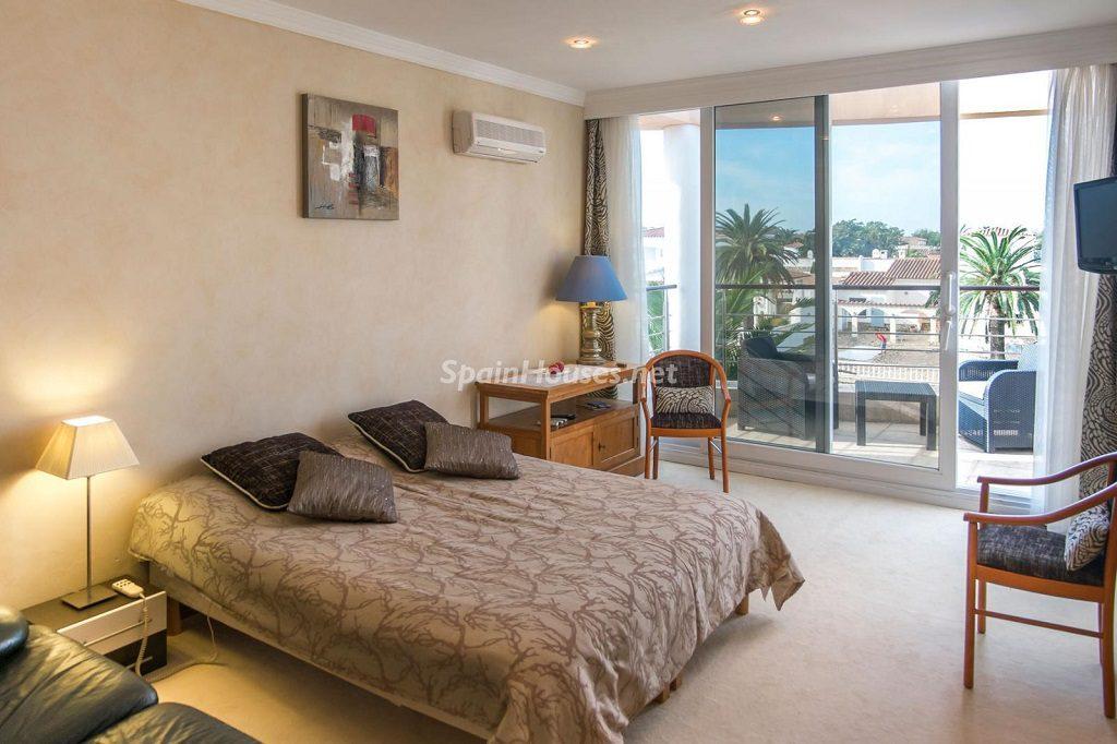 dormitorio 27 1024x682 - Imponente casa entre lo clásico y lo moderno en el Gran Canal de Empuriabrava (Girona)