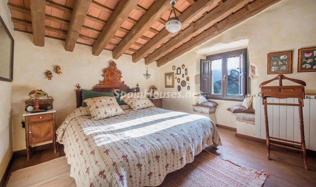 dormitorio 54 1024x608 - Masía en la montaña: una escapada a la naturaleza a 33 km de Barcelona