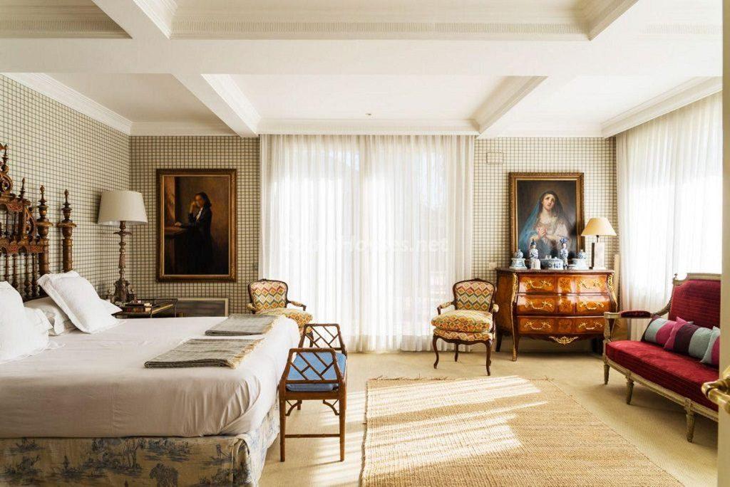 dormitorio 64 1024x684 - Fantástica casa con piscina y un hermoso jardín en Villanueva de la Cañada (Madrid)