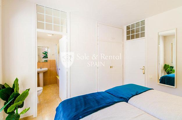 dormitorio con bano chalet con piscina en Gerona - Fantástico chalet con piscina en Gerona: un sueño hecho realidad