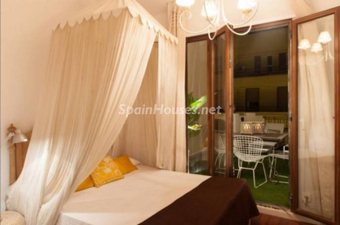 dormitorio nocturna1 - Noches de verano en un coqueto ático en alquiler en Valencia, en el Mercado Central