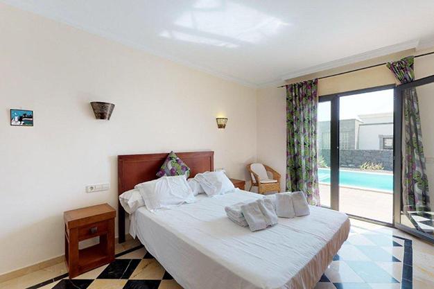 dormitorio principal lanzarote - Chalet con piscina en Lanzarote: vistas panorámicas en una isla diferente