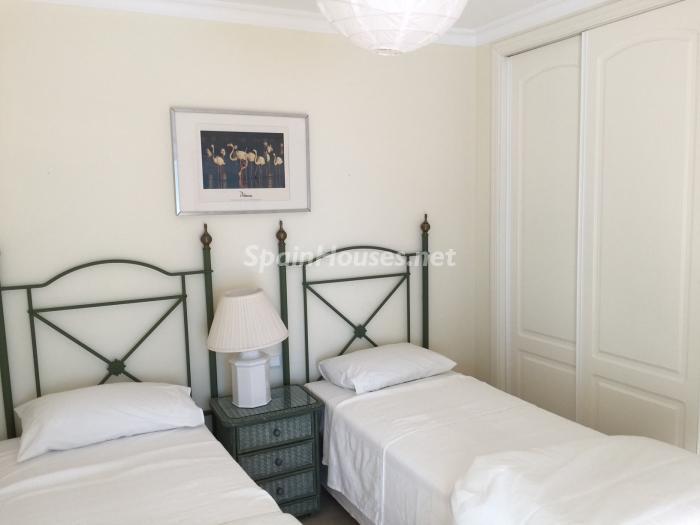 dormitorio1 2 - Chalet en alquiler en primera línea de golf y mar en Alcaidesa (Costa de la Luz, Cádiz)