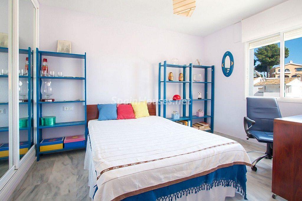 dormitorio1 21 1024x682 - Coqueta casa en Torremuelle (Benalmádena Costa, Málaga): económica, luminosa y cerca del mar