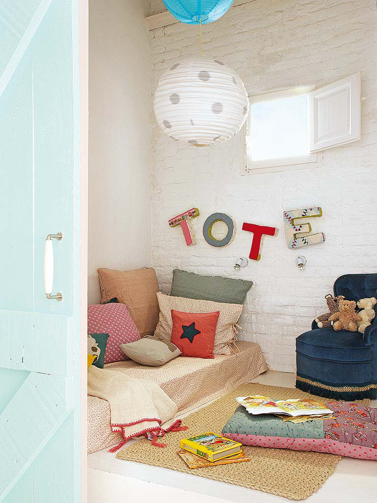 dormitorio1 30 768x1024 - De garaje a original casa en Barcelona: luminosa y llena de encanto vintage