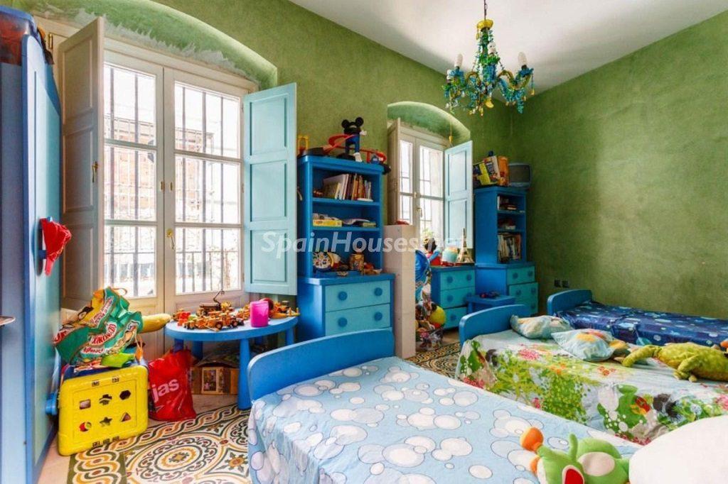 dormitorio1 32 1024x682 - Color tierras florentinas y sabor urbano en una casa en el Casco Antiguo de Sevilla