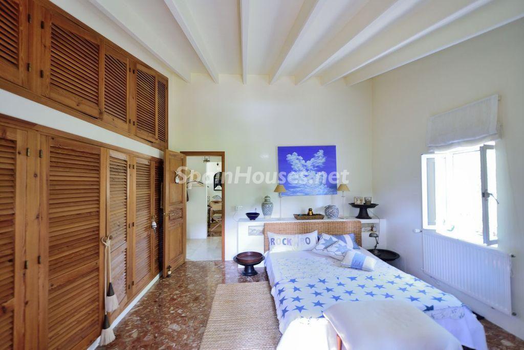 dormitorio1 33 1024x685 - Lujo rústico, naturaleza y encanto en una romántica villa en San José, Ibiza (Baleares)