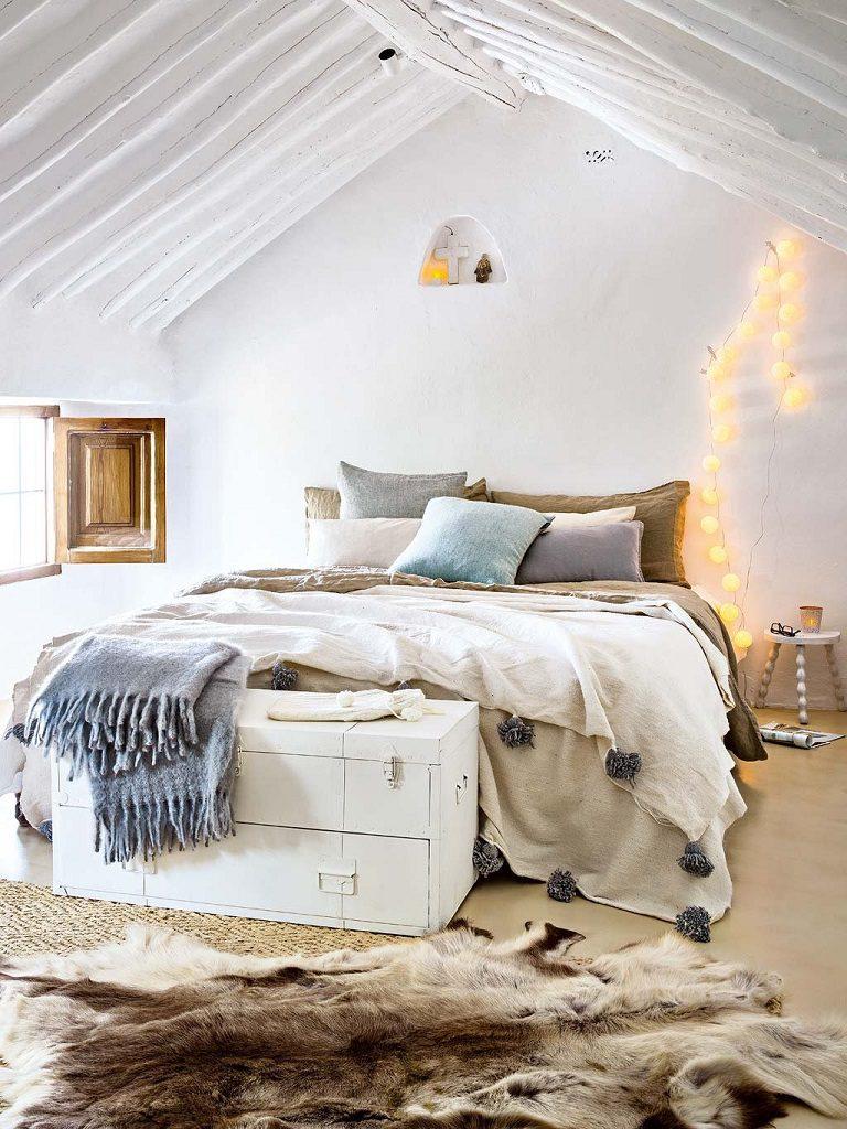 dormitorio1 35 768x1024 - Navidad blanca, sutil y nórdica en un cortijo andaluz de ensueño en Málaga