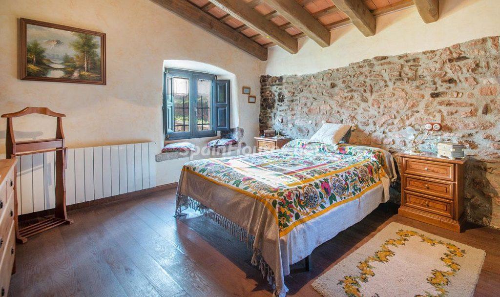 dormitorio1 38 1024x608 - Masía en la montaña: una escapada a la naturaleza a 33 km de Barcelona