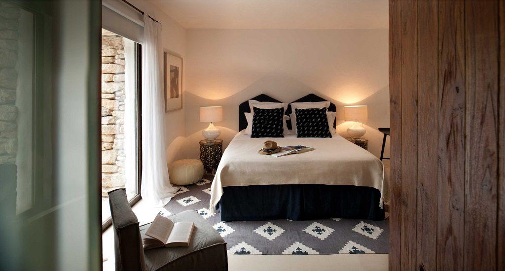 dormitorio1 43 1024x550 - Casa rústica y moderna en Ibiza (Baleares): diseño mediterráneo que enamora