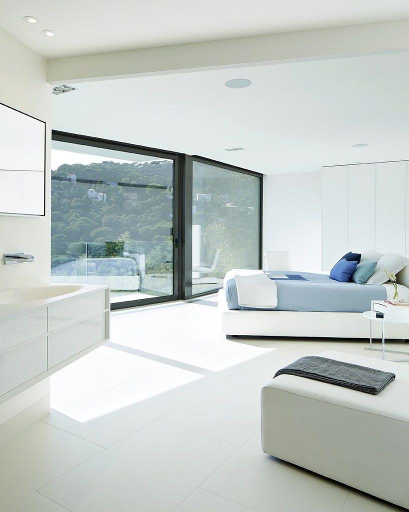 dormitorio1 47 818x1024 - Casa de diseño bañada por el sol en Santa Cristina d'Aro, Girona (Costa Brava)