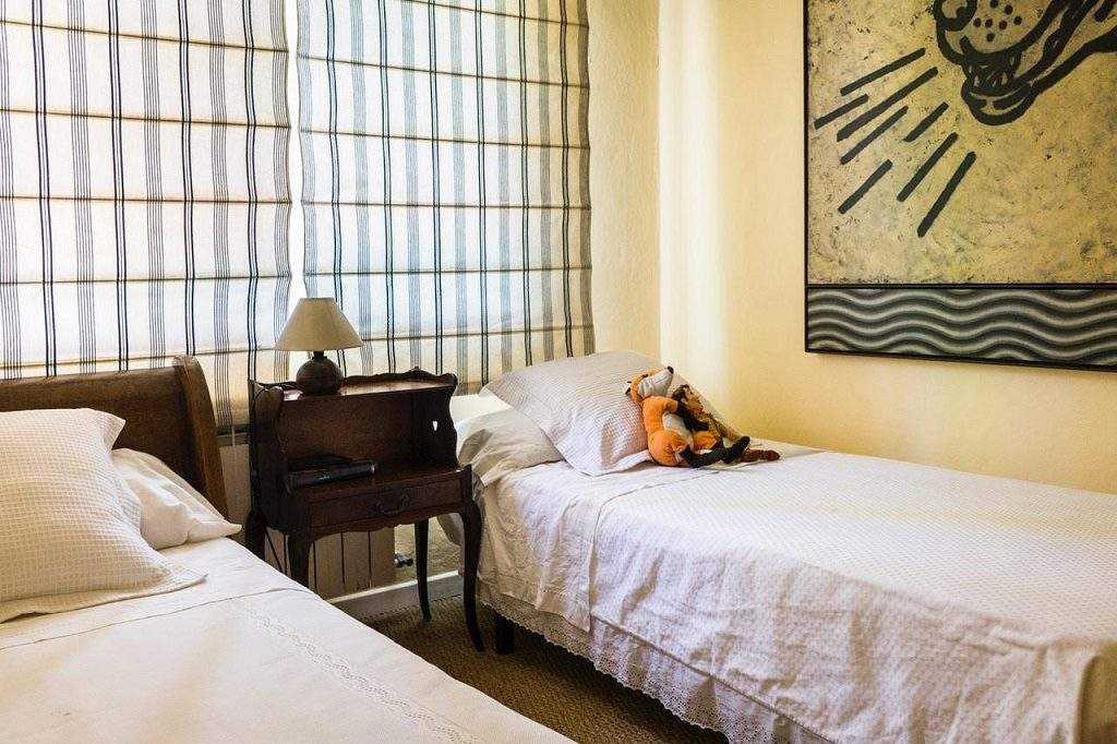 dormitorio1 55 1024x682 - Acogedora casa con jardín y piscina en Cancelada, Estepona (Málaga)