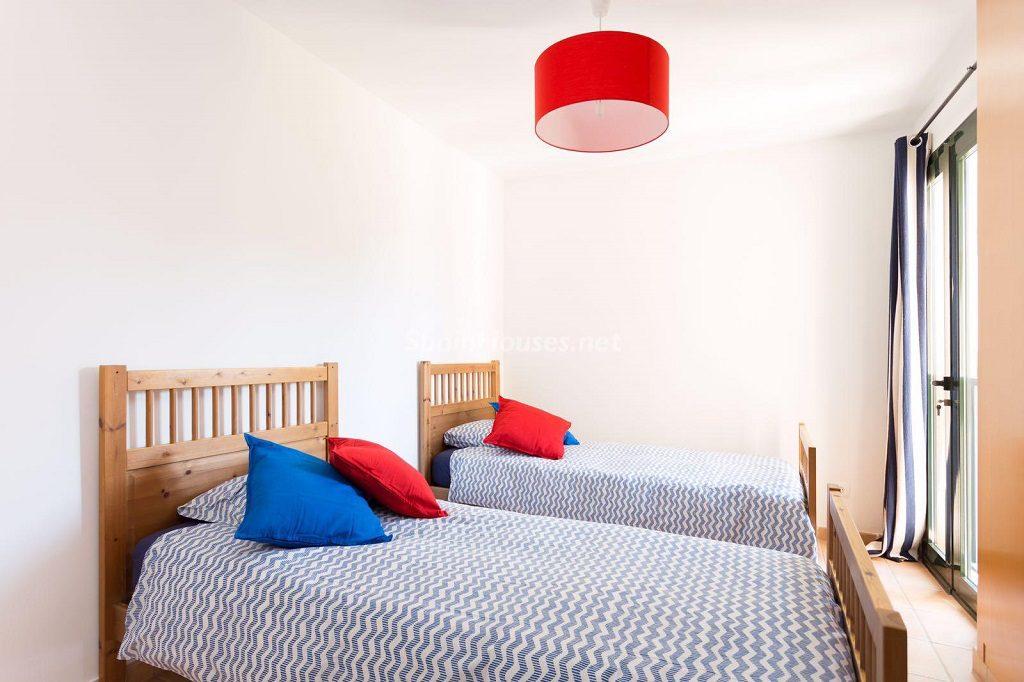 dormitorio1 59 1024x682 - Sencilla simetría y vistas al mar en un apartamento en Playa Paraíso, Adeje (Tenerife)