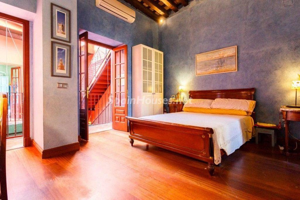 dormitorio2 11 1024x682 - Color tierras florentinas y sabor urbano en una casa en el Casco Antiguo de Sevilla