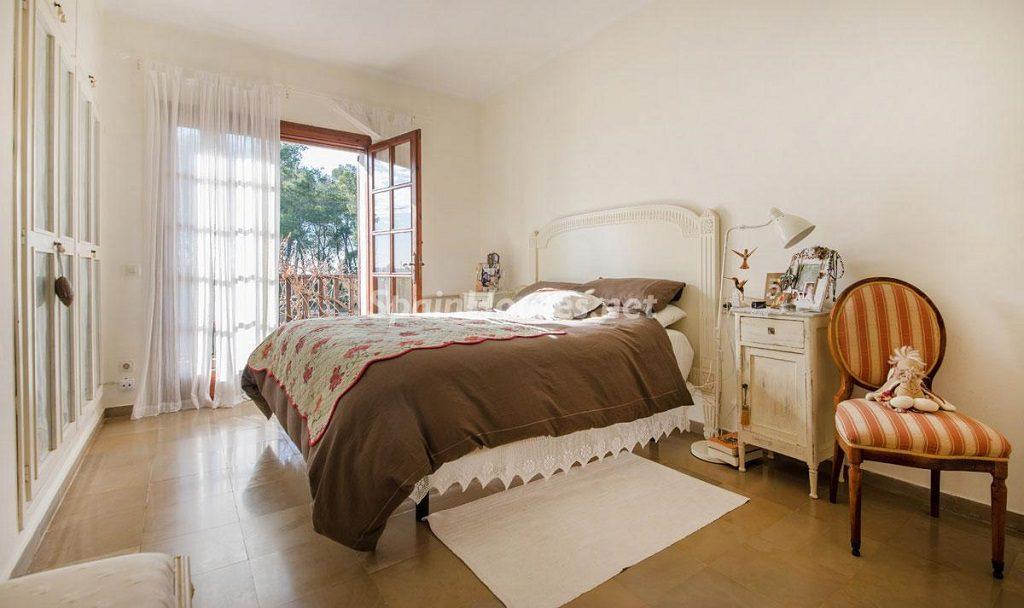 dormitorio2 15 1024x608 - Preciosa casa rústica entre viñedos y naturaleza en el Bajo Penedés, Tarragona