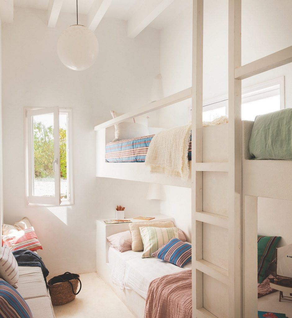 dormitorio2 25 940x1024 - Fantástica casa junto al mar en Menorca (Baleares) abierta al Mediterráneo
