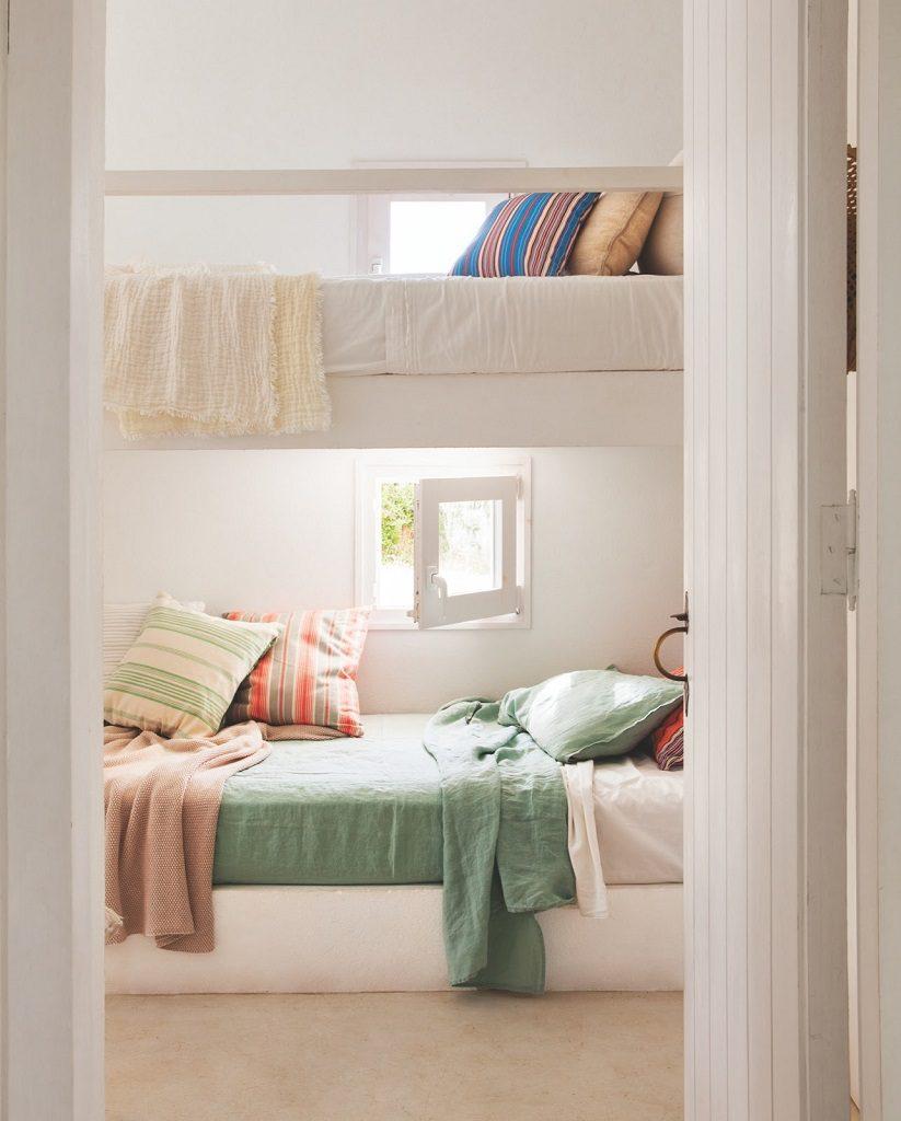 dormitorio3 10 823x1024 - Fantástica casa junto al mar en Menorca (Baleares) abierta al Mediterráneo