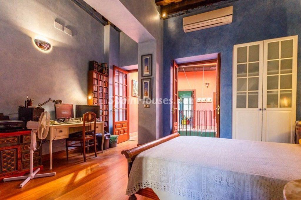 dormitorio3 2 1024x682 - Color tierras florentinas y sabor urbano en una casa en el Casco Antiguo de Sevilla