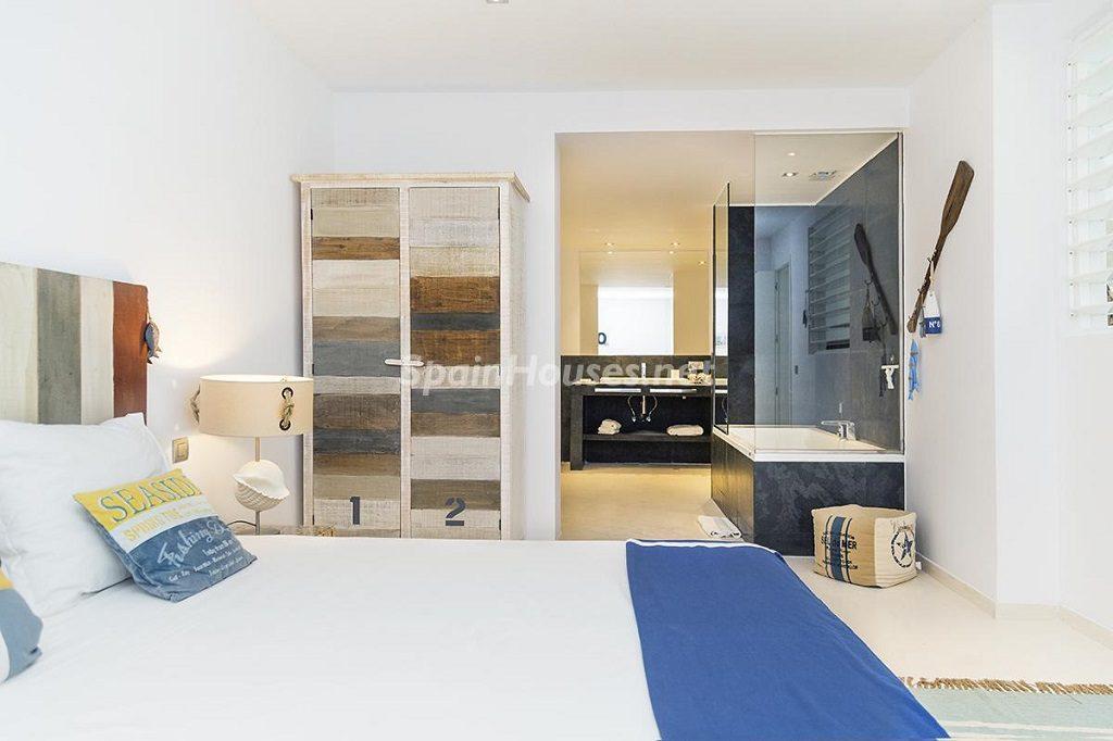 dormitorio4 1 1024x682 - Lujo minimalista para una escapada de vacaciones frente a Es Vedrà, Ibiza (Baleares)