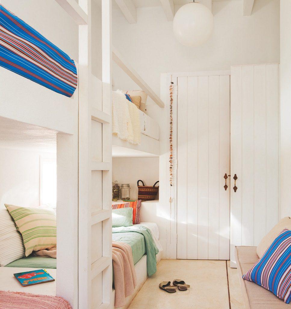 dormitorio4 2 967x1024 - Fantástica casa junto al mar en Menorca (Baleares) abierta al Mediterráneo