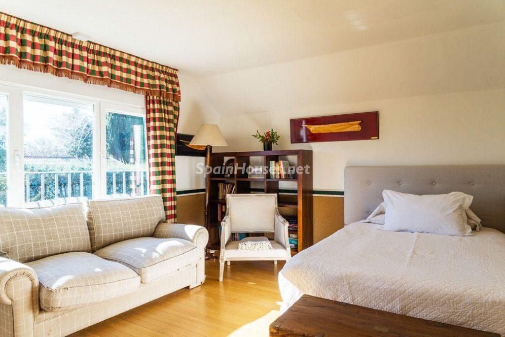 dormitorio6 1 1024x684 - Fantástica casa con piscina y un hermoso jardín en Villanueva de la Cañada (Madrid)