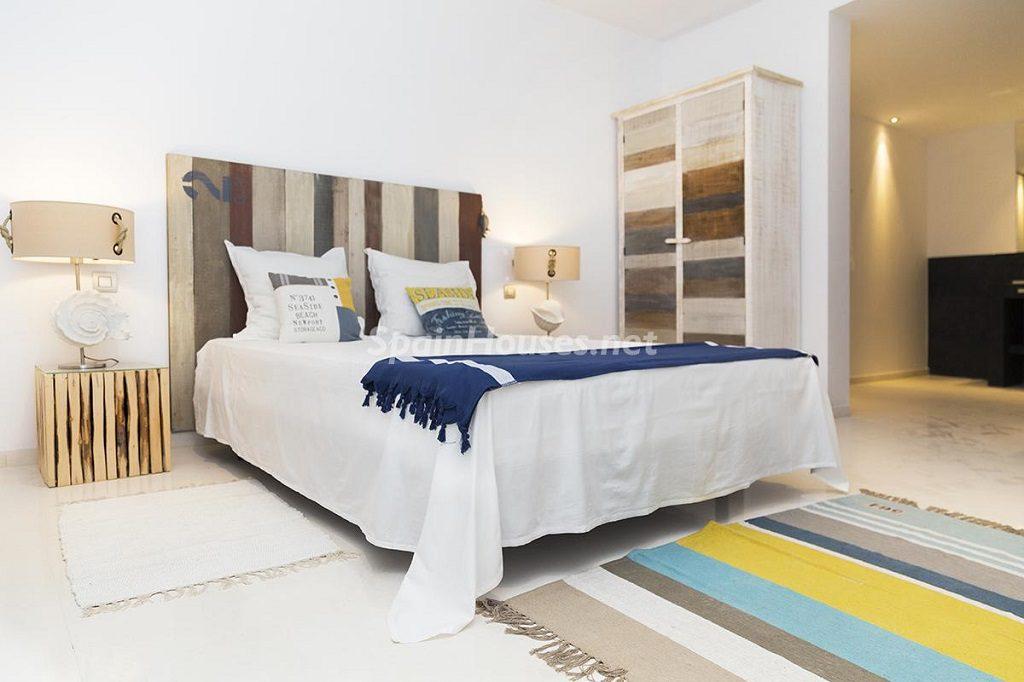 dormitorio6 2 1024x682 - Lujo minimalista para una escapada de vacaciones frente a Es Vedrà, Ibiza (Baleares)