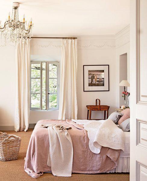 dormitorio con lampara de arana y suelo enmoquetado 1041x1280 488x600 - La Ferme du Bon Dieu: Una granja convertida en casa que alberga una historia de amor
