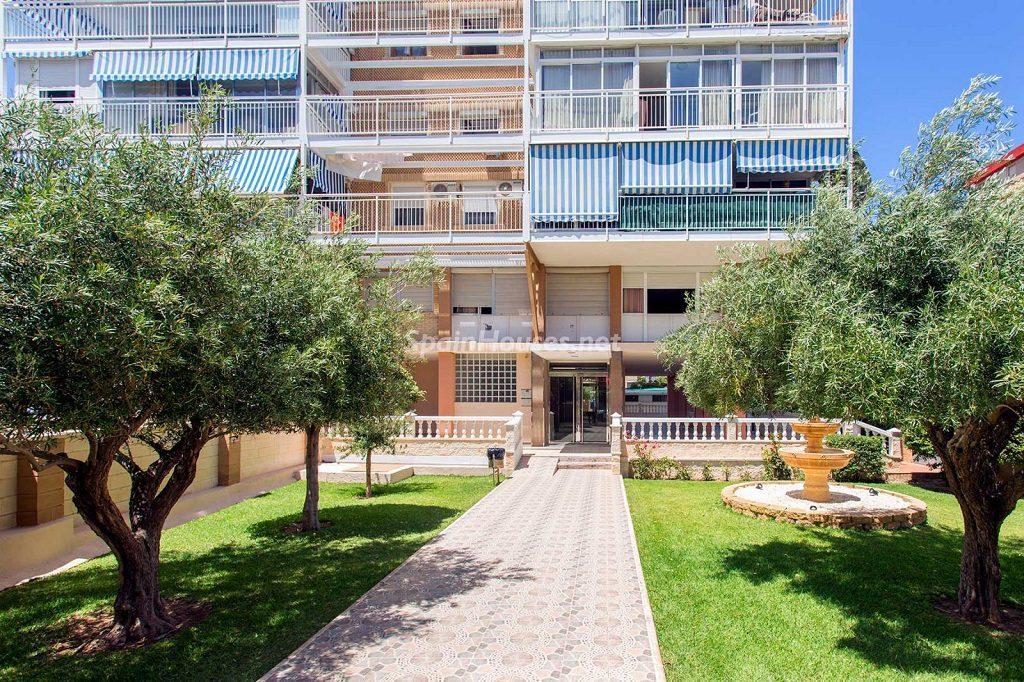 edificio entrada 1024x682 - Veranos de luz y vistas al mar en un piso en Playa de San Juan (Alicante)
