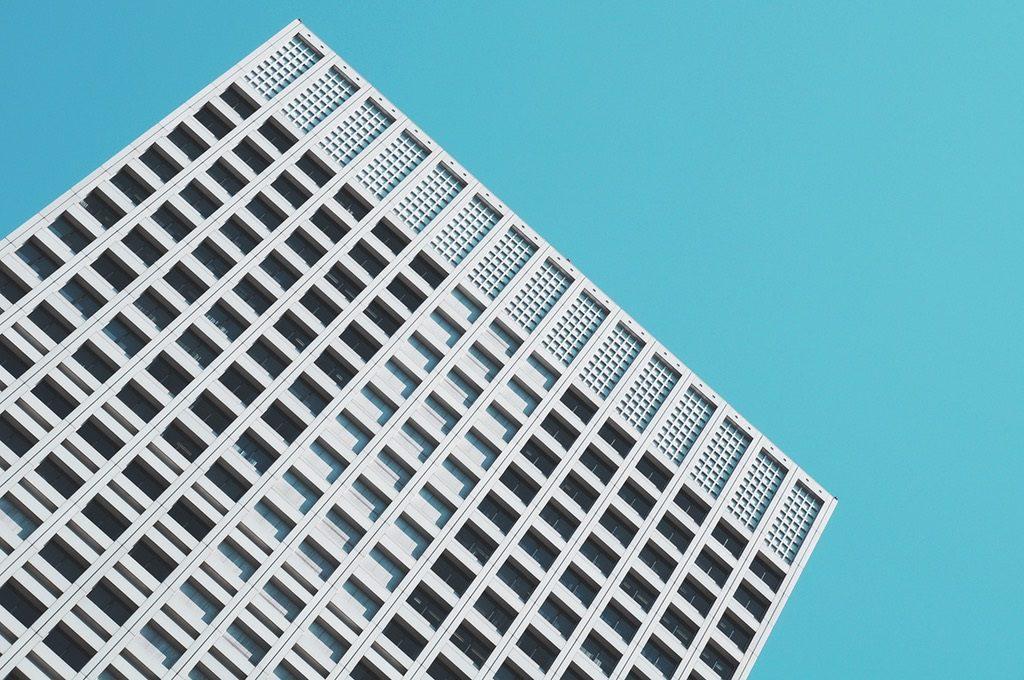 edificio urbano 1024x680 - La inversión inmobiliaria se dispara un 70%: cerrará el semestre en los 6.000 millones